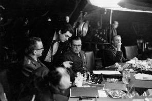 Playing chess in the war room; Stanley Kubrick and cast during production of Dr. Strangelove or: How I Learned to Stop Worrying and Love the Bomb. Production still photographer: Bob Penn. Courtesy of BFI, SK Film Archives LLC, Sony Colombia, the Kubrick family, and University of the Arts London