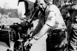 Vilmos Zsigmond shooting Close Encounters of the Third Kind. Note Devil's Tower in the distance. Production still photographer: Peter Sorel