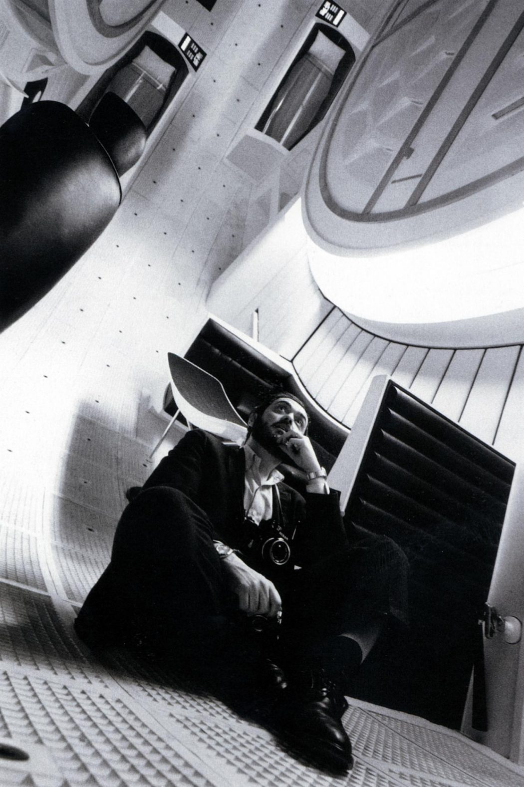 2001: A Space Odyssey is a pioneering work of filmmaking art, Kubrick's greatest achievement and certainly one of the most influential exhibits of filmmaking craft in the history of cinema. Just as bedazzling as it was back in the sixties, this film is an experience unlike any other, regardless of the angle you approach it from. Production still photographers: Kevin Bray & John Jay