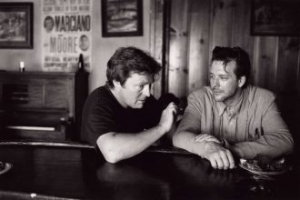 Mickey Rourke receives direction from Alan Parker on the set of Angel Heart. Production still photographer: George Kontaxis © Carolco International N.V., Winkast Film Productions, Union, TriStar Pictures